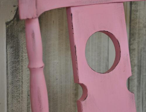 Antikolás szárazecset technikával – Hogy készíts piros székből rózsaszínt, barna koptatással?